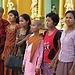 Das Mädchen in der Mitte tritt ins Kloster ein
